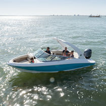 Runabout hors-bord / bow-rider / max. 8 personnes
