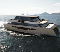 Motor-yacht catamaran / de croisière / à fly fermé / semi-custom