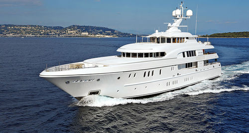 méga-yacht de luxe de croisière / raised pilothouse / coque à déplacement