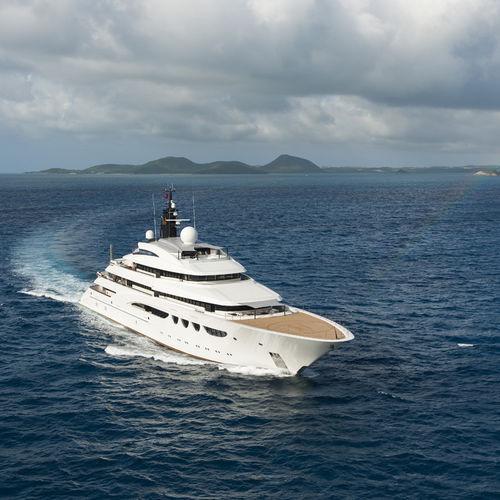 mega-yacht de croisière / raised pilothouse / avec héliport / avec piscine