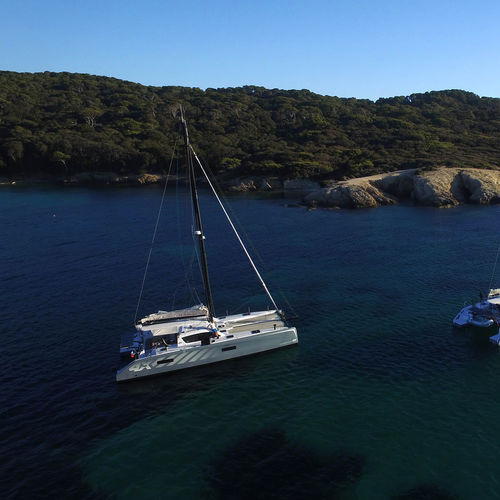 catamaran / de croisière / cockpit ouvert / bout-dehors