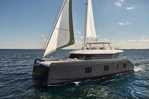 sailing-yacht de charter / cockpit ouvert / à fly / 5 cabines