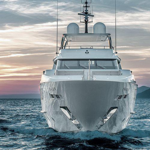 super-yacht de croisière / à fly / en composite / coque semi-planante