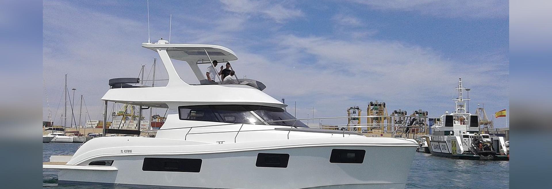 CATAMARANS INSTANTANÉS dans l'exposition de bateau de Grande Motte de La