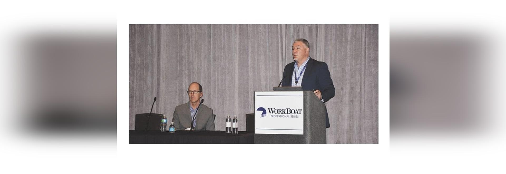 Chris DeWitt (est parti) et Steve Burke discutent le cybersecurity à l'exposition internationale de 2016 WorkBoat. Photo de Doug Stewart.