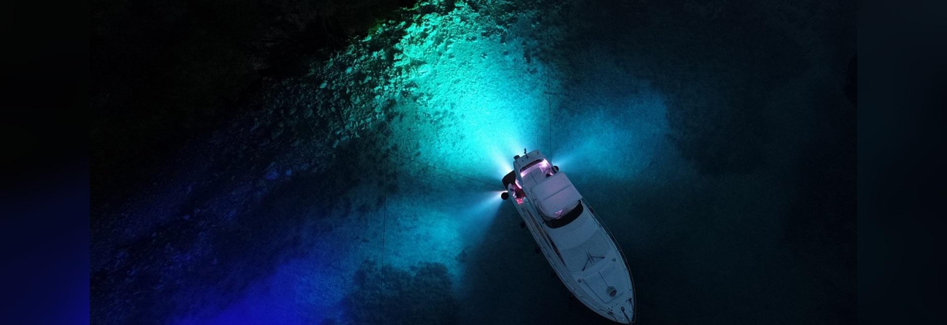 Non, ce n'est pas la lune qui brille, mais notre ÉQUATEUR sous-marin de lumières qui créent la lumière la plus lumineuse sous la mer.