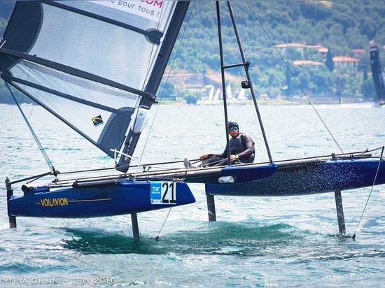 Le Voilavion a des aluminium de 4 T pour plus de stabilité et de contrôle du bateau, et un mât qui incline 35° pour un effet de levage.