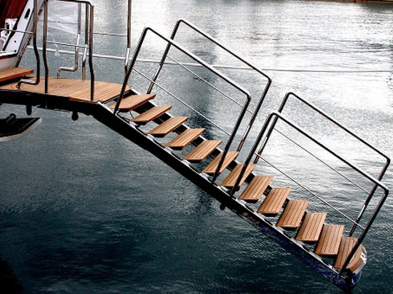 Doubles hydrauliques luxueux de cette passerelle comme échelle de bain (courtoisie de nanovolt)