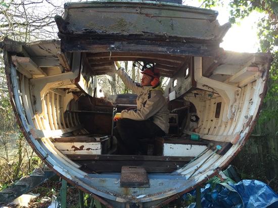 Yacht en bois étant réutilisé (courtoisie de bateau réutilisant http://www.boatbreakers.com/)