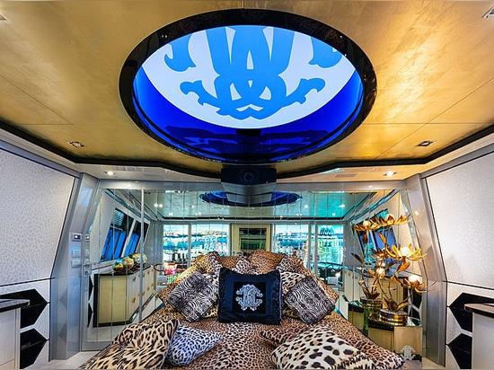 À bord de la liberté de yacht de 28m de Roberto Cavalli