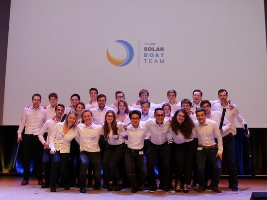Solbian et Hevel groupent les associés fiers de l'équipe de bateau solaire du TU Delft