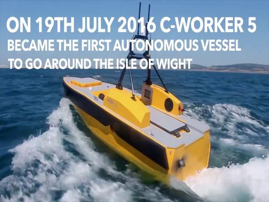 Le bateau autonome va autour de l'île