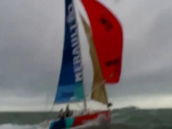 - Le bateau d'A chavire tout en naviguant sous le spinnaker par temps lourd - YouTube incroyable