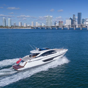 motor-yacht de croisière / hard-top / ligne d'arbre / 3 ou 4 cabines