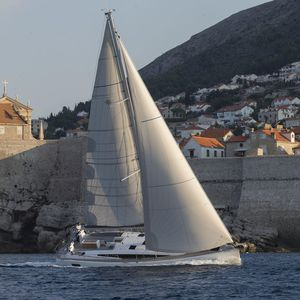 sailing-yacht de croisière / cockpit ouvert / salon de pont / 6 cabines