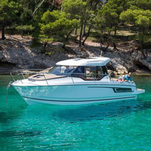 cabin-cruiser hors-bord / hard-top / à cockpit fermé / de pêche sportive