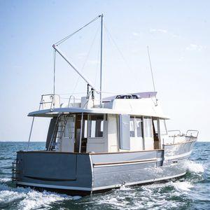 trawler in-bord / coque semi-planante / à fly / avec timonerie