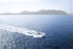 motor-yacht de croisière / à fly / coque à déplacement / 3 cabines