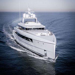 mega-yacht de croisière / à fly / à étrave verticale