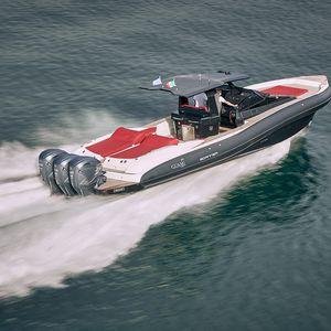 bateau pneumatique hors-bord / stern-drive / bimoteur / trimoteur