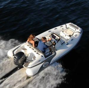 bateau pneumatique hors-bord / semi-rigide / à console latérale / de sport