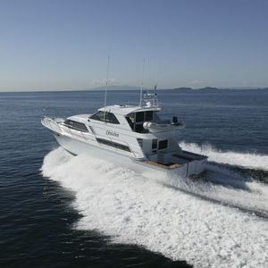motor-yacht de charter / à fly fermé / ligne d'arbre / coque à déplacement