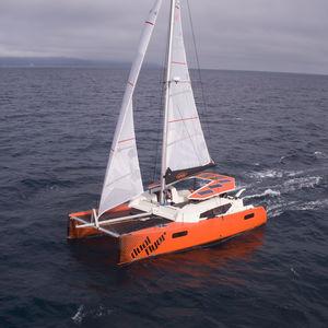 catamaran / de course-croisière / cockpit central / 3 ou 4 cabines