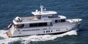 motor-yacht de croisière / explorer / à fly / avec timonerie