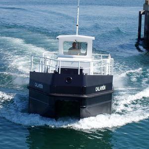 bateau de récupération des hydrocarbures