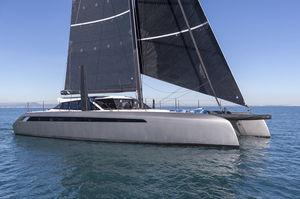 sailing-yacht catamaran / de croisière / salon de pont / en carbone