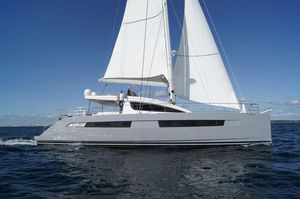 sailing-yacht catamaran / de grande croisière / à fly / 4 cabines
