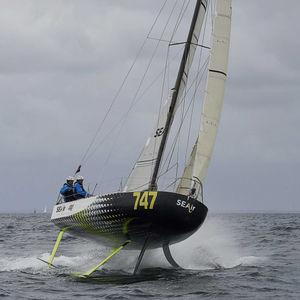 monocoque / de course océanique / cockpit ouvert / à foil
