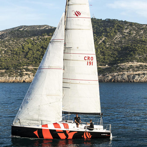 monocoque / de course-croisière / de course océanique / cockpit ouvert
