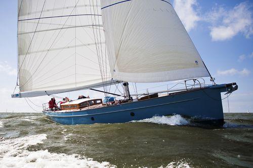 sailing-yacht de croisière / cockpit ouvert / en aluminium / cotre