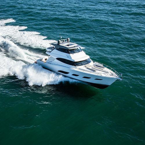 motor-yacht de croisière / de sport / à fly fermé / 4 cabines