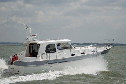 vedette in-bord / diesel / bimoteur / coque semi-planante