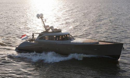 motor-yacht de croisière / traditionnel / à fly / avec timonerie