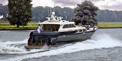 motor-yacht de croisière / avec timonerie / en aluminium / coque semi-planante