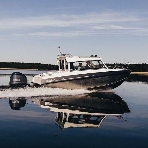 bateau de pêche-promenade hors-bord / avec timonerie / en aluminium / max. 8 personnes