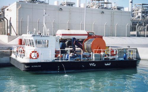 bateau de travail / in-bord