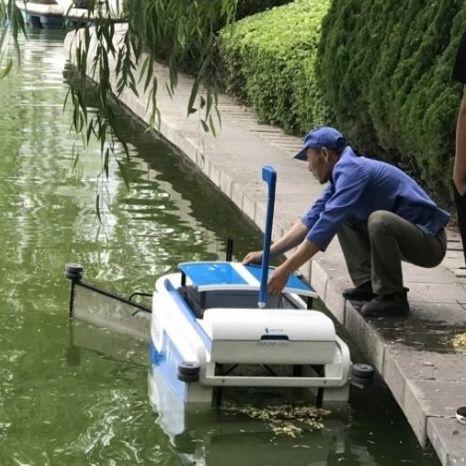 barge de récupération des déchets
