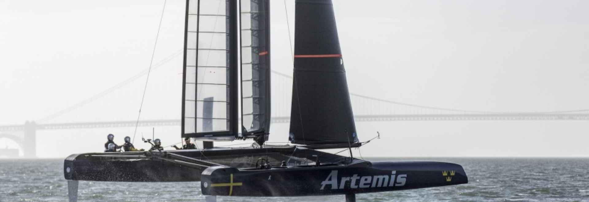 Artemis emballant le foiler de la session AC45 d'essai. Février 2015, Alameda, Etats-Unis