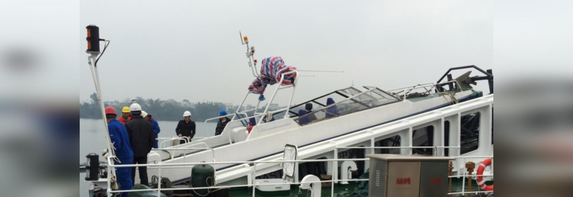 Une embarcation de sauvetage s'est accouplée dans le système de roquette d'artillerie légère