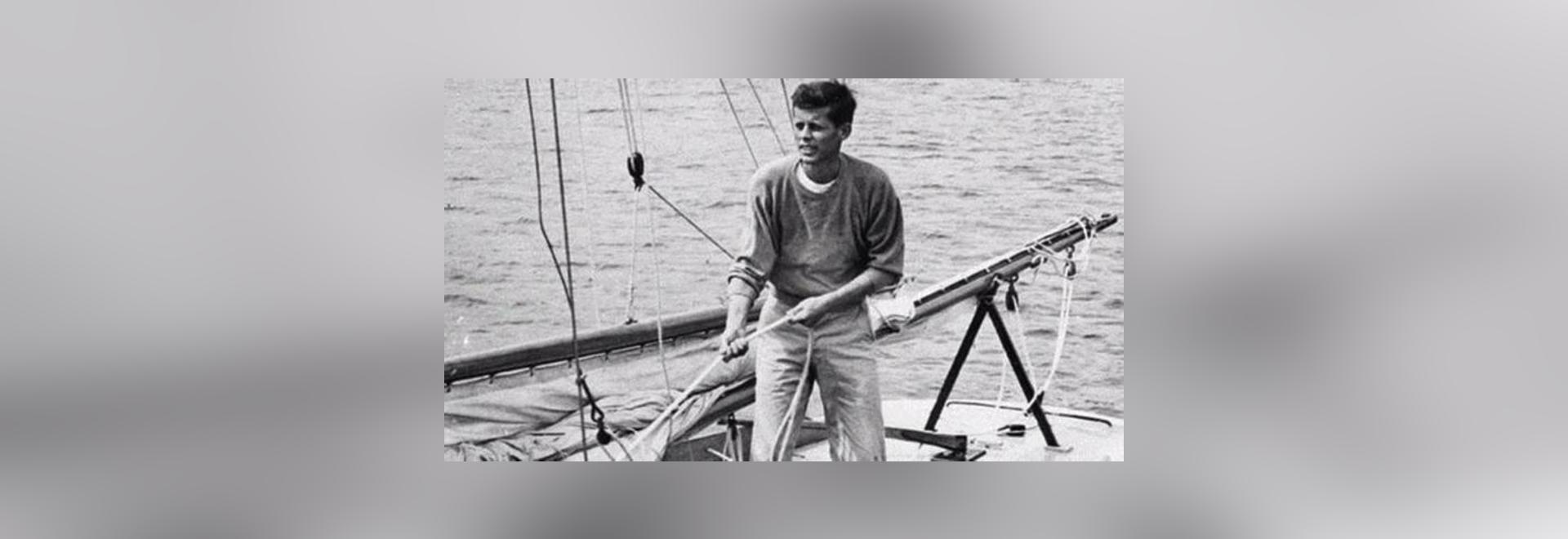 JFK à bord de sa classe d'étoile emballant le flash II de bateau à voiles