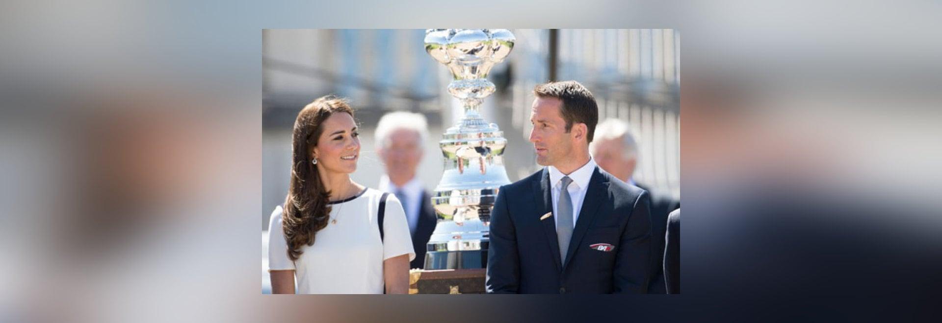 Kate Middleton et Ben Ainslie lançant la tasse des Anglais Amérique contestent le crédit : OnEdition