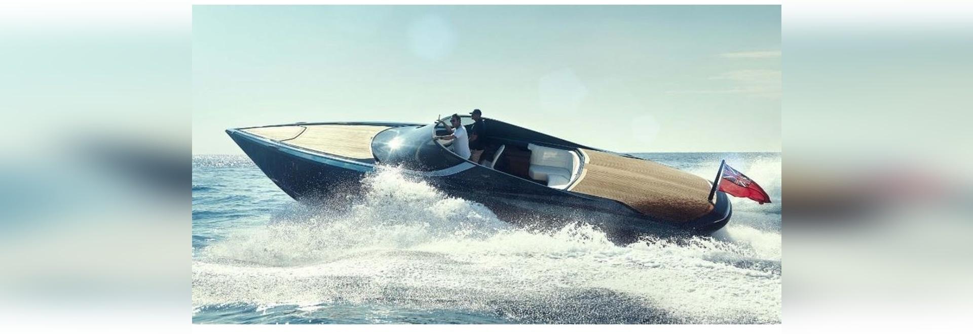 Machine de vague : Un tour chaud en bateau du £1.6m d'Aston