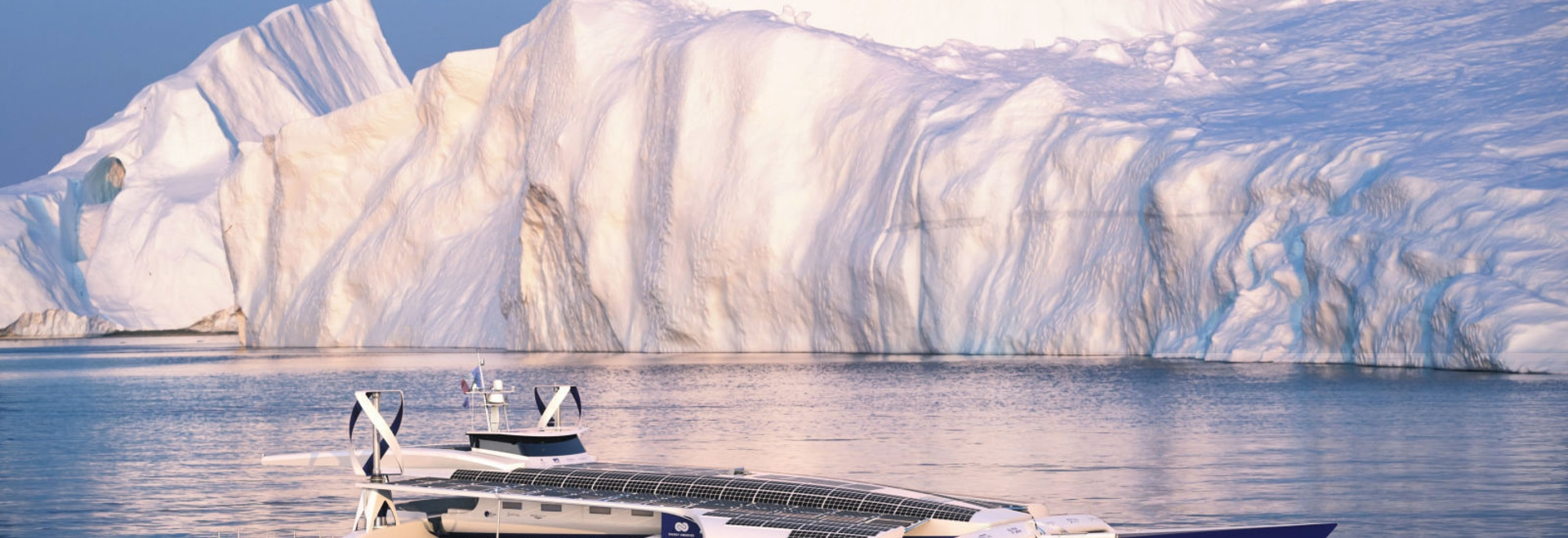 Le premier bateau actionné vert se dirige pour contourner le globe