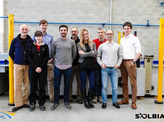 Tijmen et plancher de l'équipe de bateau solaire du TU Delft visitant le QG de Solbian dans Avigliana
