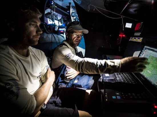 Le vent à bord de Vestas d'équipe, le Chris Nicholson et le Wouter Verbraak discutent la tactique pendant la jambe 1.