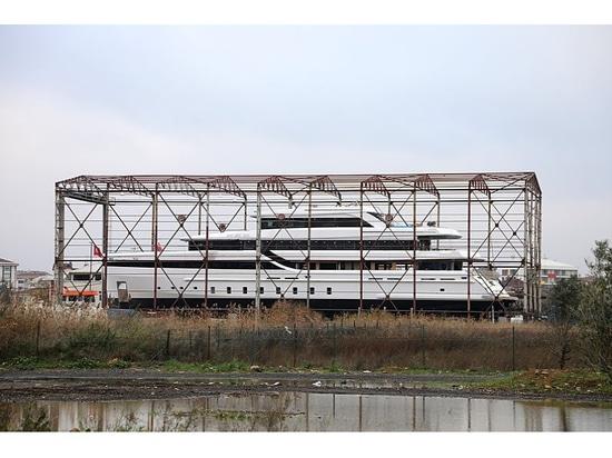 Yacht de la coutume 50m DRD s'approchant de l'achèvement